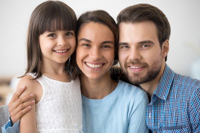 Blandras- familj med den lilla dottern som ser kameran royaltyfria foton