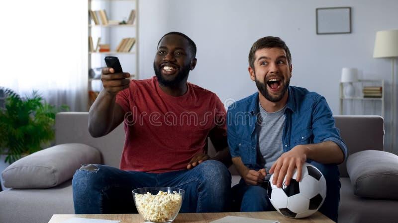 Blandras- grabbar som gör tv hög, final av fotbollkonkurrens med landslaget royaltyfria foton