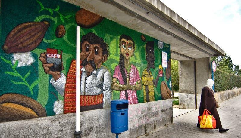 Blandras- grafitti som lokaliseras på väggen av ingången till allmänheten, parkerar royaltyfri fotografi