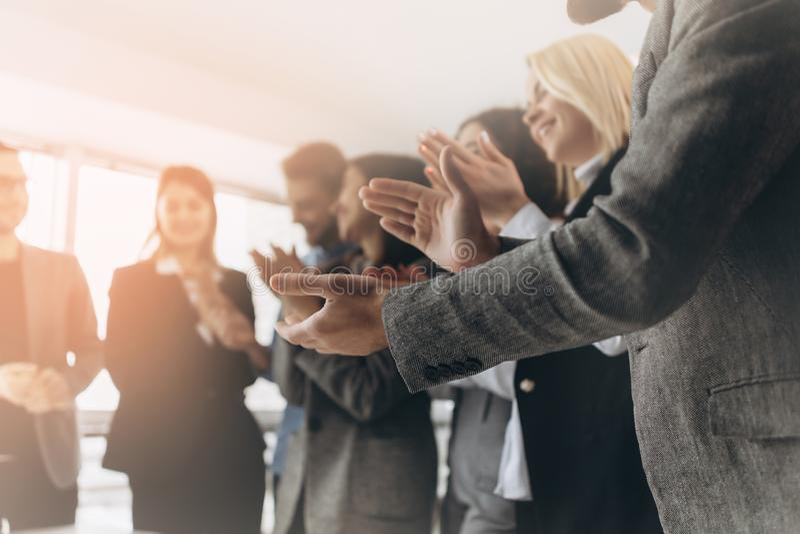 Blandras- grupp av affärsfolk som applåderar händer för att gratulera deras framstickande - lag för affärsföretag, stående ovatio royaltyfri fotografi