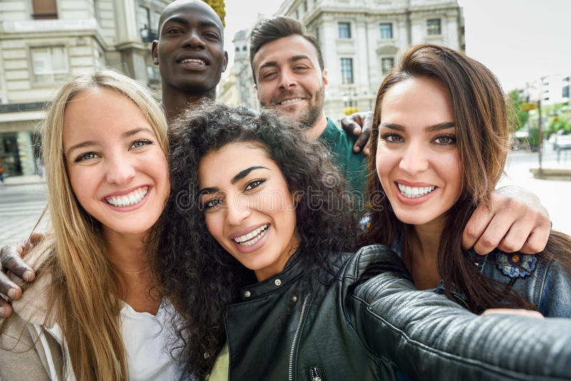 Blandras- grupp av ungdomarsom tar selfie royaltyfri bild