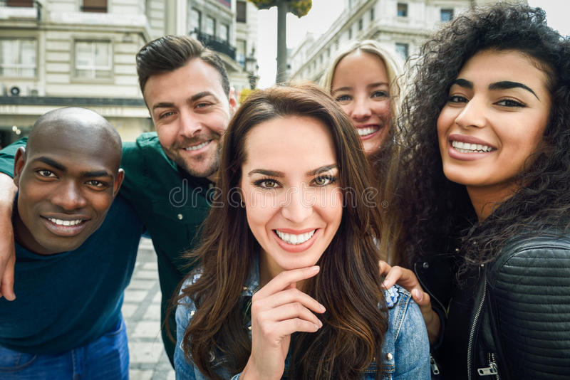 Blandras- grupp av ungdomarsom tar selfie royaltyfri fotografi