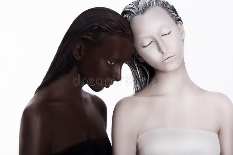 Blandras- mångkulturellt begrepp. Etnicitet. Kvinnor färgad brunt och vit. Fromhet arkivfoton