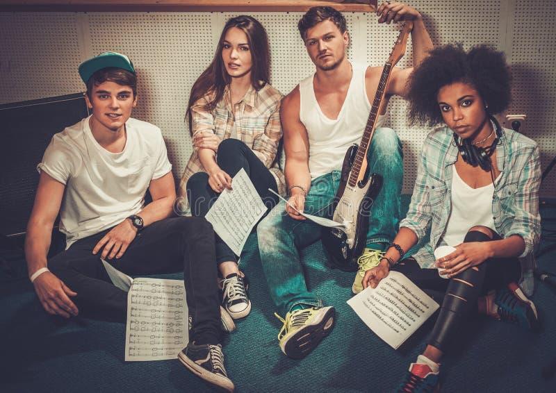 Blandras- musikmusikband i en studio royaltyfri bild