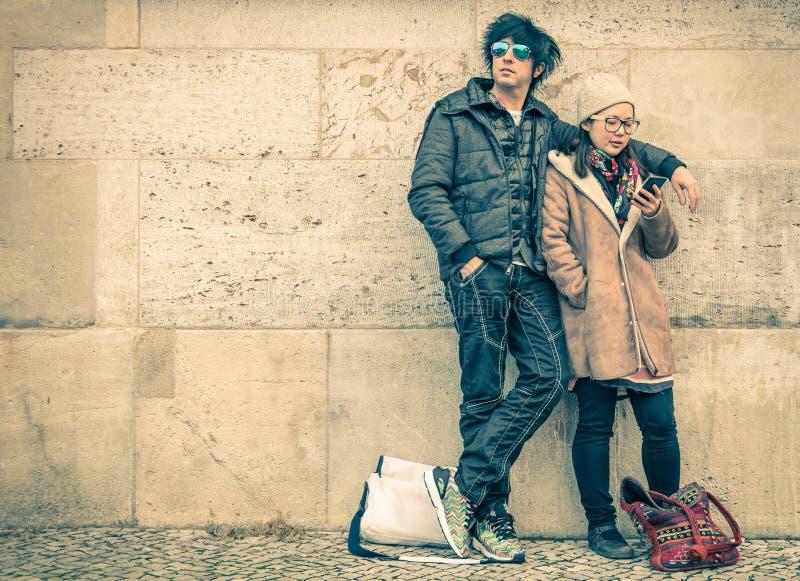Blandras- par som är förälskade på en fas av den ömsesidiga disinteresten arkivfoto