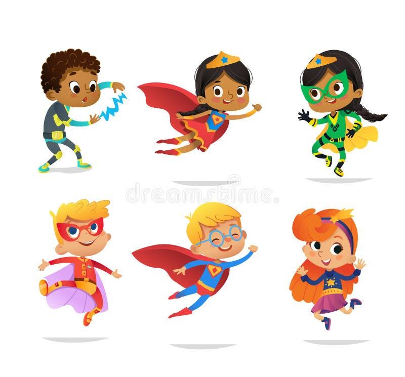 Blandras- pojkar och flickor, bärande färgrika dräkter av olika superheroes som isoleras på vit bakgrund cartoon stock illustrationer