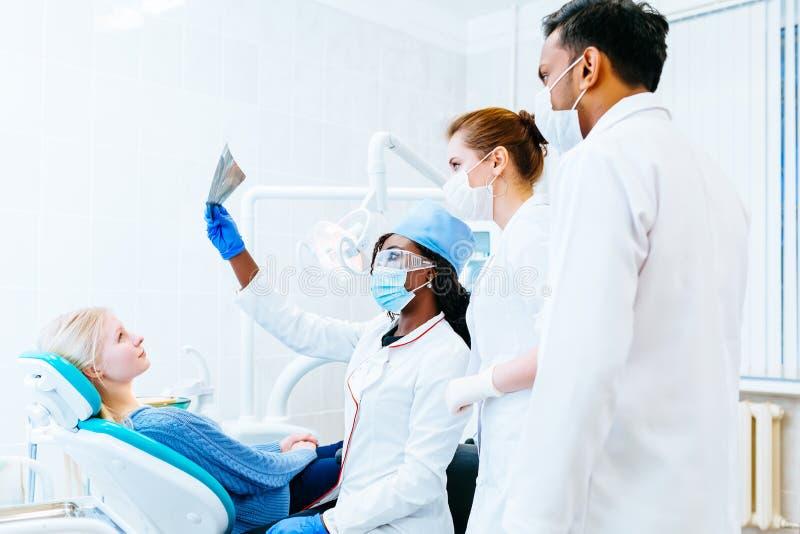 Blandras- tand- lag som kontrollerar strålen för tänder x av patienten Tand- klinikbegrepp fotografering för bildbyråer