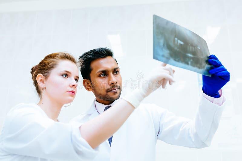 Blandras- tand- lag som kontrollerar strålen för tänder x av patienten Tand- klinikbegrepp royaltyfria foton