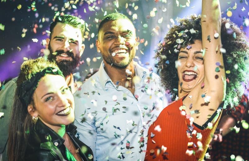 Blandras- unga vänner som dansar på partinattklubben royaltyfri foto