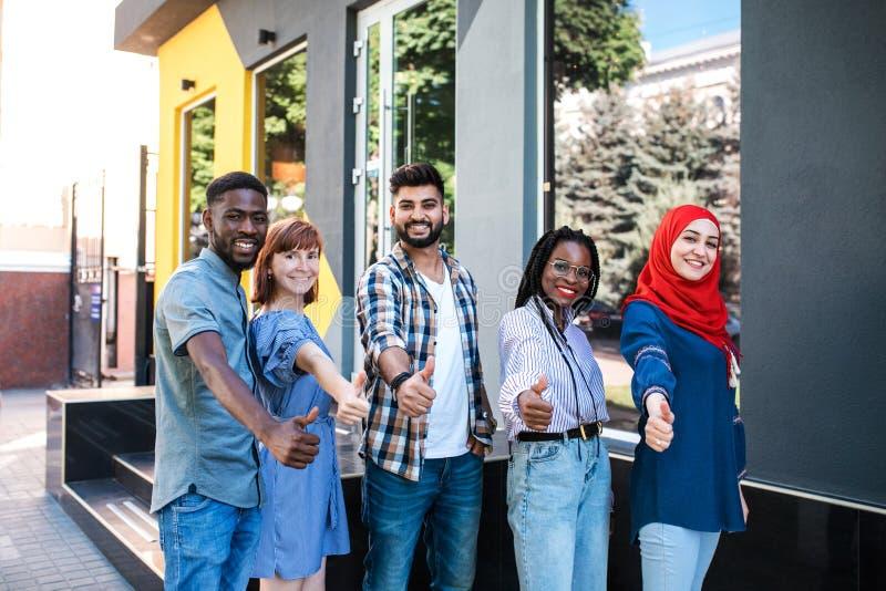Blandras- unga vänner som poserar på gatan och har gyckel arkivbild