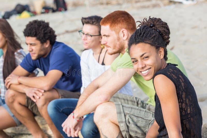 Blandras- vänner på stranden arkivfoton
