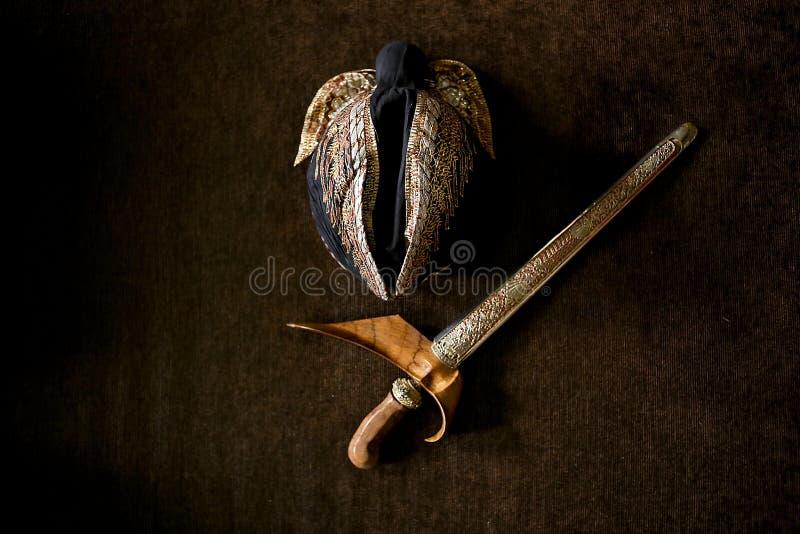 Blangkon en keris Javanese Traditionele Slijtagetoebehoren stock afbeeldingen