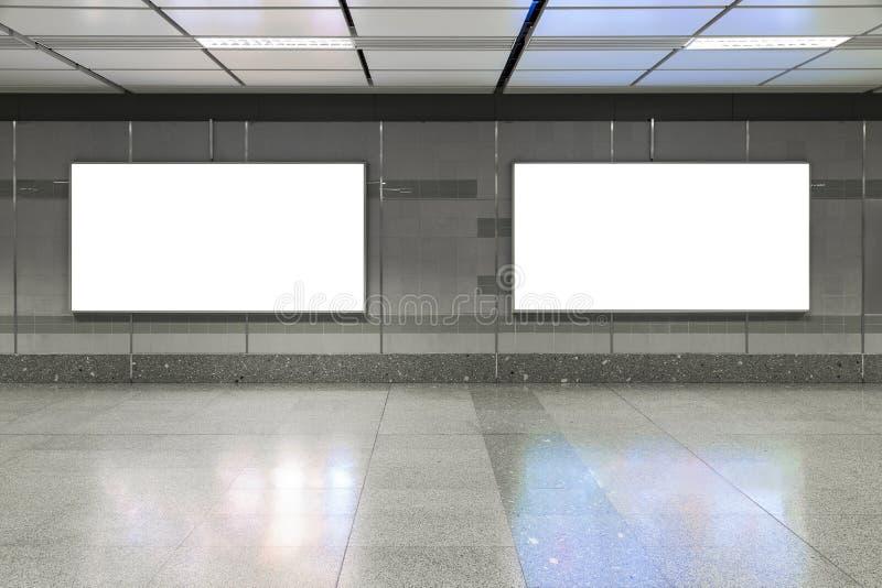 Blank affischtavla i gångtunnel Användbart för din advertizing royaltyfri bild