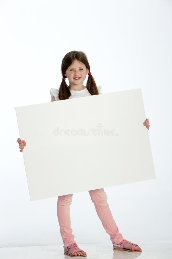 blank flicka som rymmer little tecken arkivbild