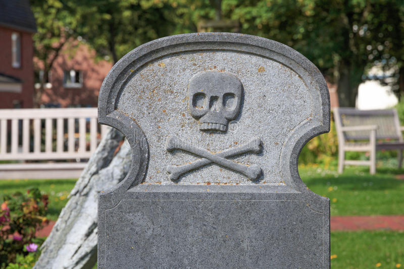 Blank headstone with skull and crossbones royalty free stock photos