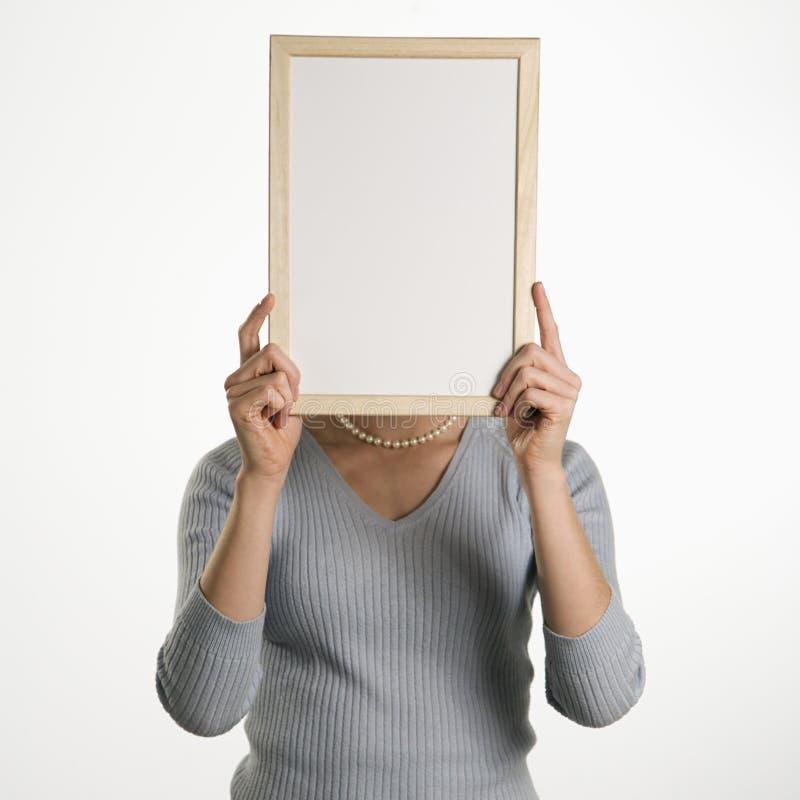 blank holdingteckenkvinna royaltyfria bilder