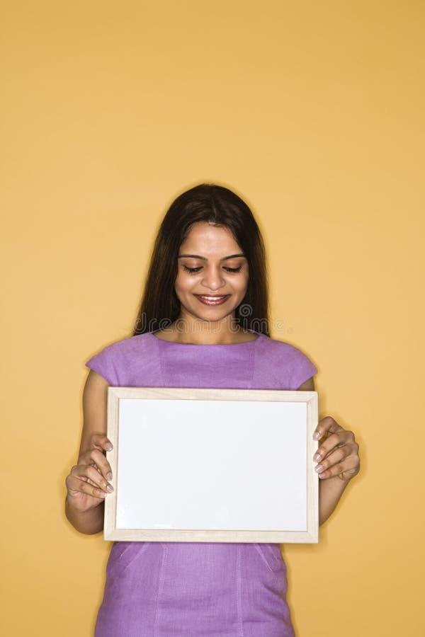 blank holdingteckenkvinna royaltyfri bild