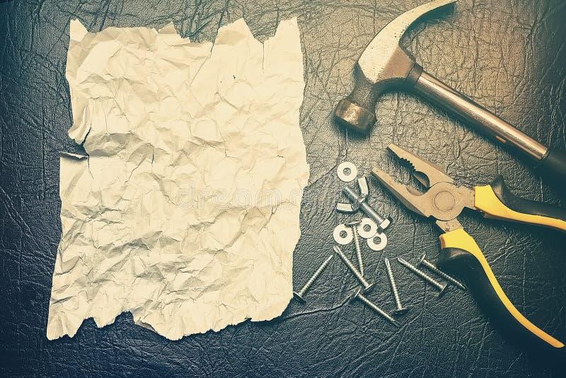 Blank, una forma de felicitar a un hombre por el día de su padre Una hoja desgarradora de papel desmenuzado para escribir texto e fotos de archivo libres de regalías