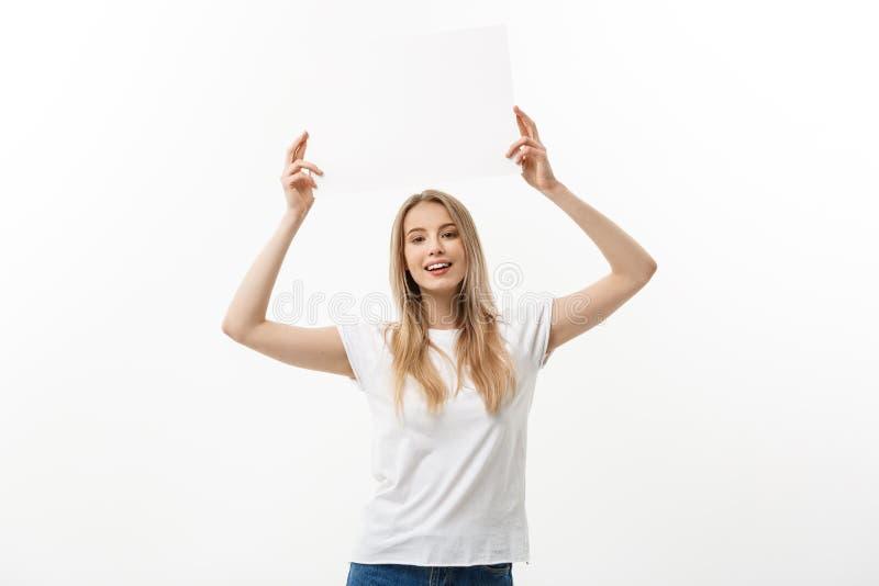 blank znak Kobiety mienia bielu pusty pusty znak nad jej głowa Z podnieceniem i szczęśliwa piękna młoda kobieta odizolowywająca d obraz royalty free