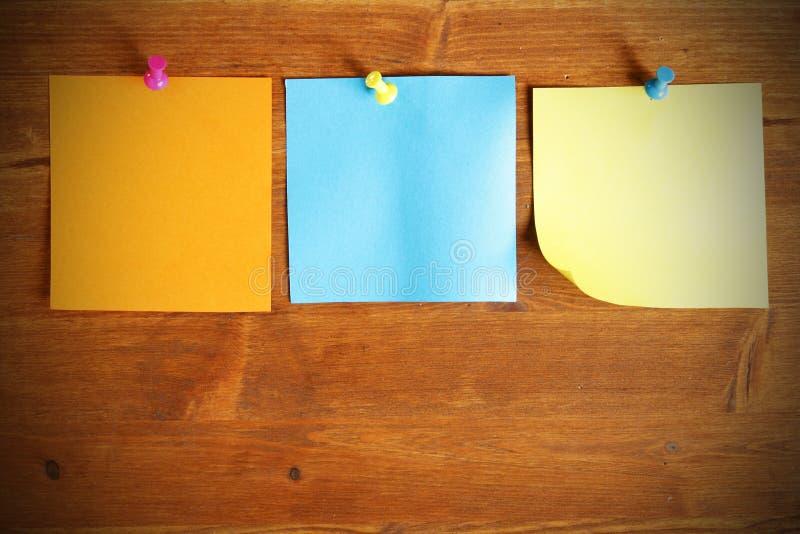 blanka färgrika anmärkningspapperen tre royaltyfri bild