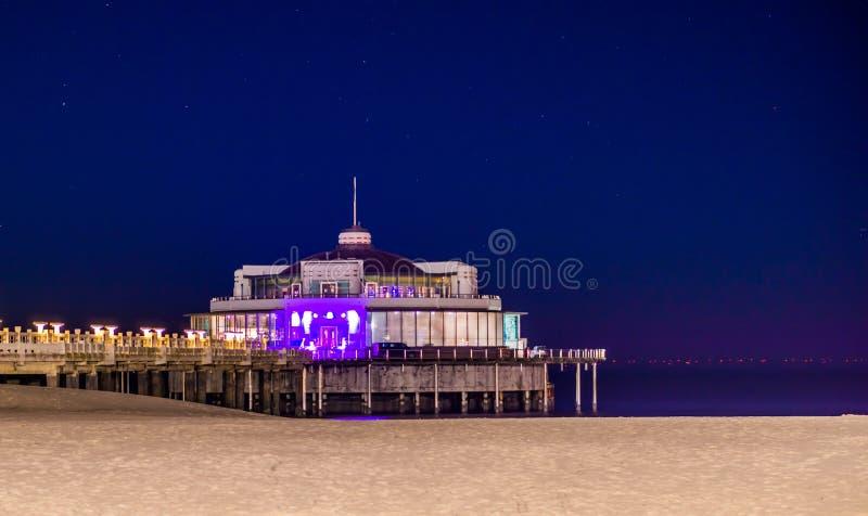Blankenberge, Belgique, la jetée populaire sur la plage, architecture côtière belge par nuit photos stock