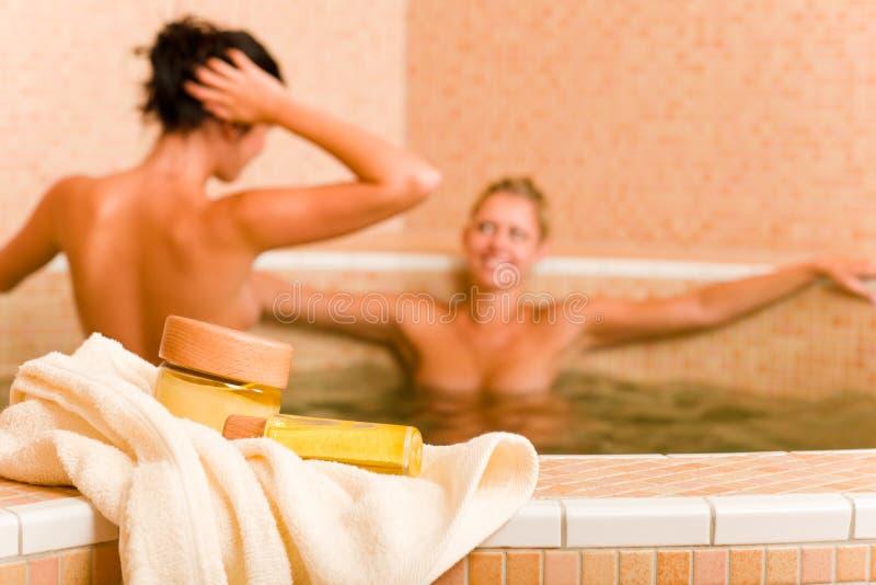 Blankes Frauenpool der Badekurortschönheitsprodukte zwei stockfotografie