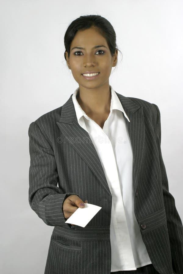 blankt affärskort som räcker kvinnan royaltyfri bild