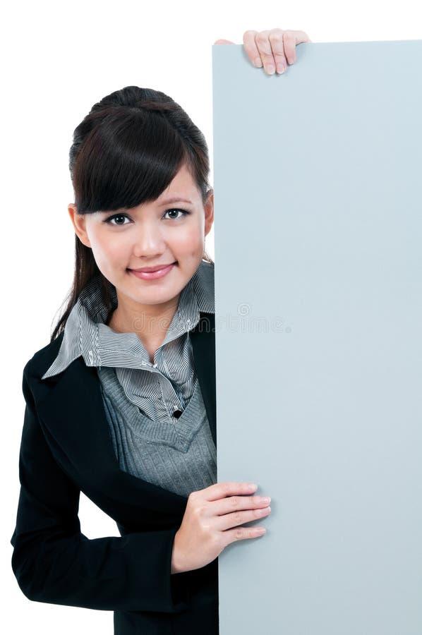 blankt barn för affärskvinnaholdingsignboard arkivbild