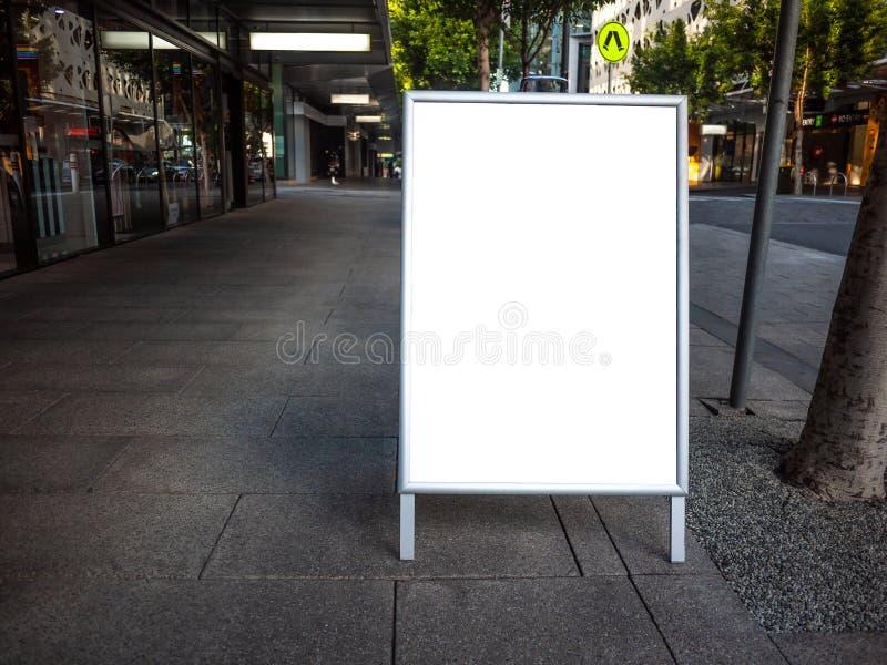 Blankt vit reklamstativ för utomhusbruk/inredningsmall för smörgåsskartong arkivbild