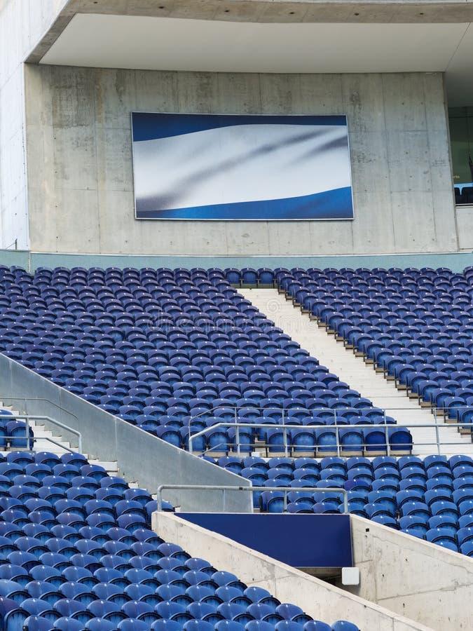 Blanqueadores del estadio: Asiento vacío azul dentro del estadio para los acontecimientos deportivos fotografía de archivo libre de regalías