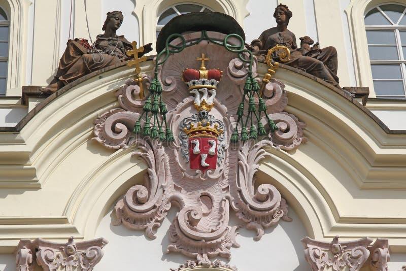 Blasón de la fachada del palacio del arzobispo, Praga fotos de archivo