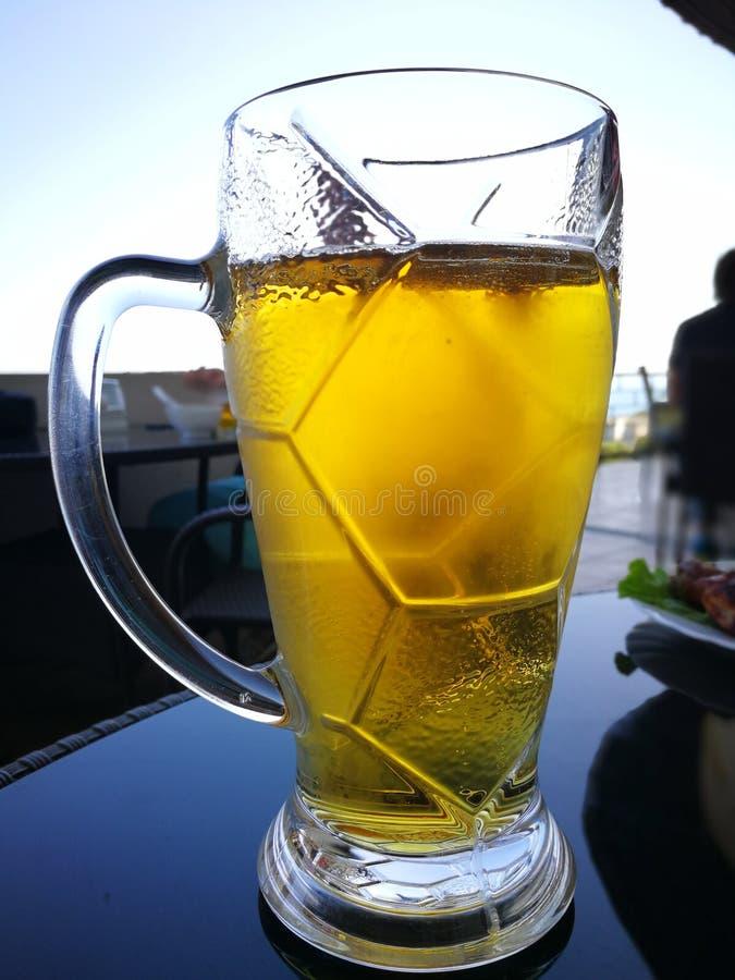 Blasen im Bier im Glas das Bier wird in ein Bierglas gegossen stockbilder
