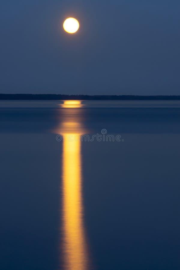 Blask księżyca na jeziorze obraz royalty free