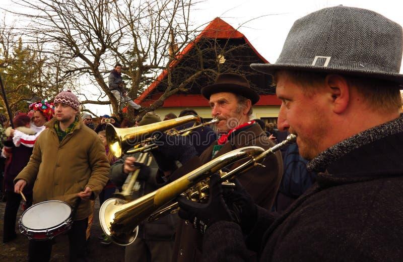 Blaskapelle an Gras-ähnlicher Karneval Masopust Mardi Tschechischer Republik stockfoto