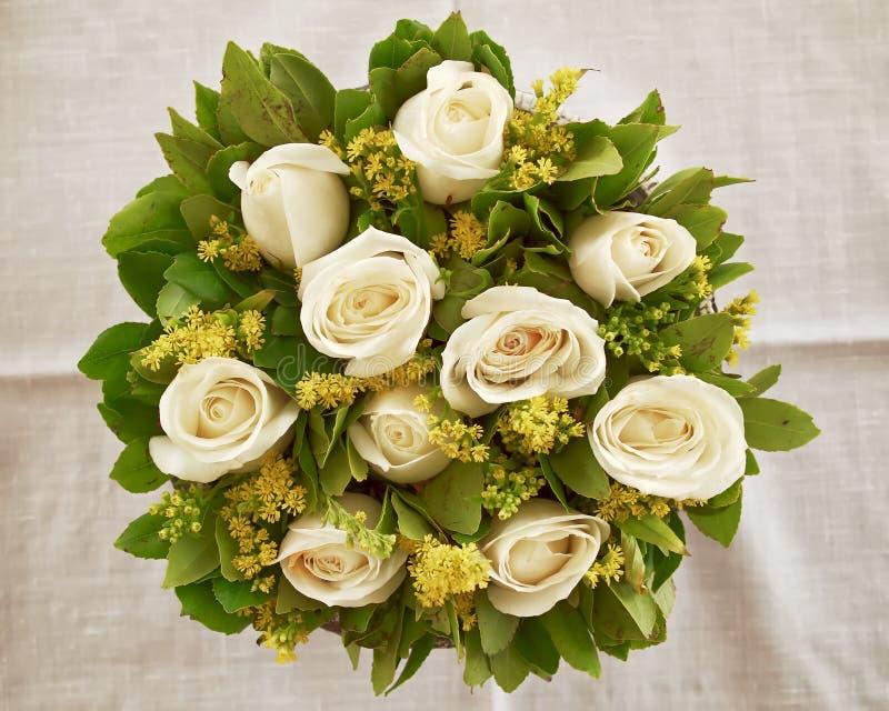 Blasse Weißrose blüht Blumenstrauß, natürlichen Hintergrund stockbild