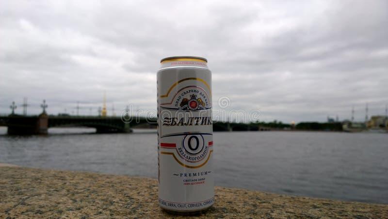 Blaszany bezalkoholowy piwny gatunek Baltika w miasto ulicie zdjęcie royalty free