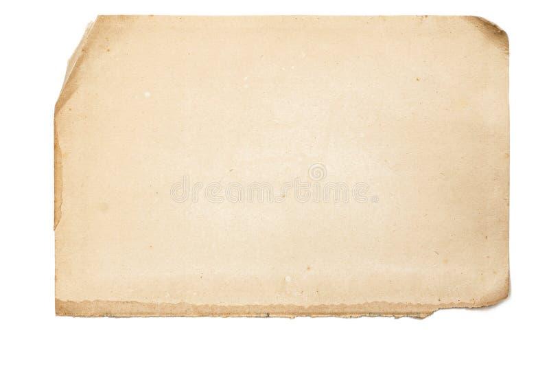 Blatt des alten gelb gefärbten Papiers mit ungleichen heftigen Rändern auf weißem Isolator lizenzfreie stockbilder