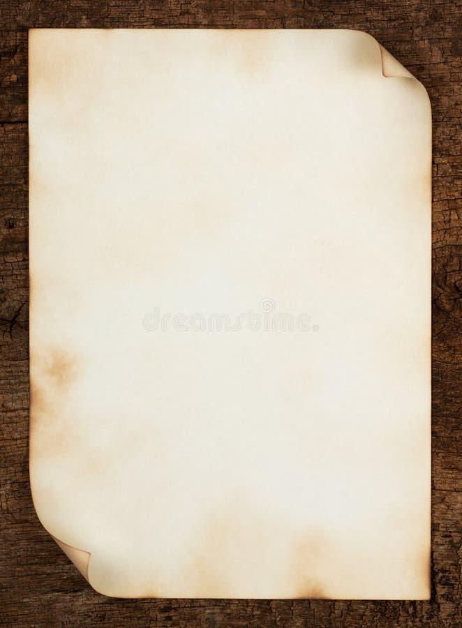 Blatt des alten Papiers mit gekräuselten Rändern lizenzfreies stockbild