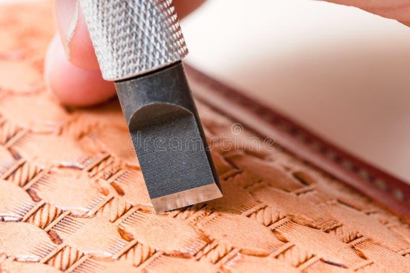 Blatt des Schwenkermessers Muster auf Leder schnitzend stockbilder