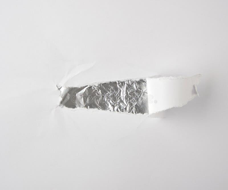 Blatt Papier mit einem Loch und einem geschlossenen St?ck, ist nach innen silberne Folie lizenzfreie stockbilder