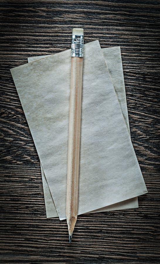 Blattbleistift des Weinleseunbeschriebenen papiers auf schwarzem Brett lizenzfreies stockfoto