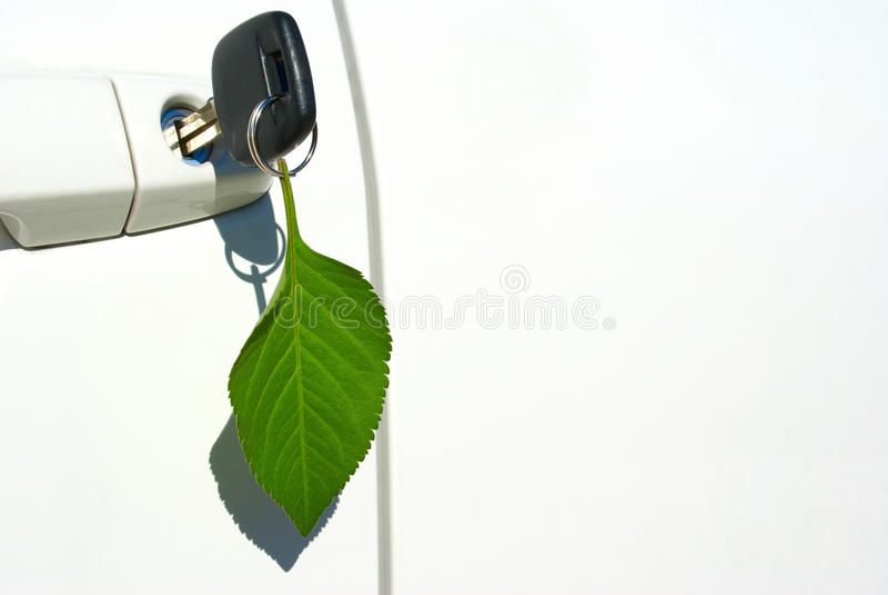 Blattschlüsselring auf umweltfreundlichem Auto lizenzfreie stockfotos