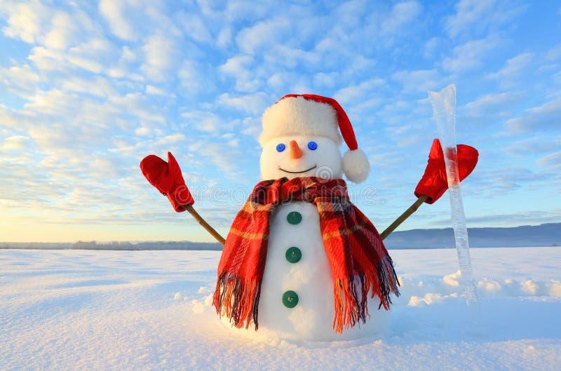 Blauäugiger Schneemann Sonnenaufgang erleuchtet den Himmel und die Wolken durch warme Farben Nachdenken über den Schnee Ushba u F stockbild