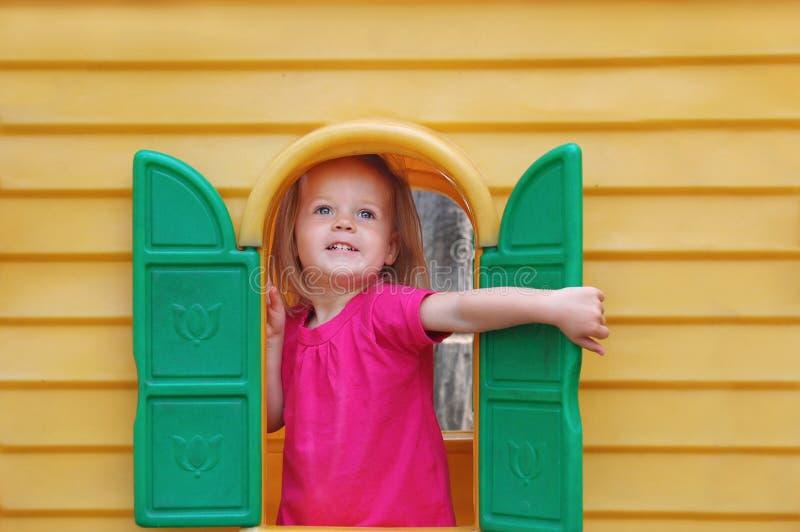 Blauäugiges blondes Babykleinkind glücklich lizenzfreies stockfoto