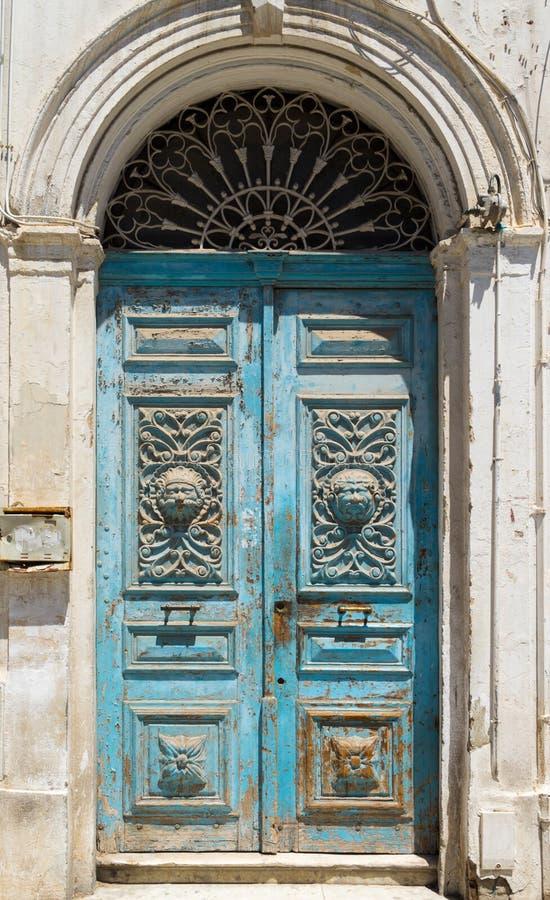 Blau alterte tunesische Holztür mit Bogen und Verzierung stockfotos