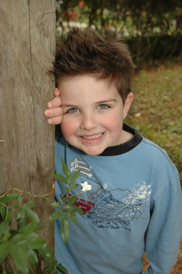 Blau des kleinen Jungen stockfotografie