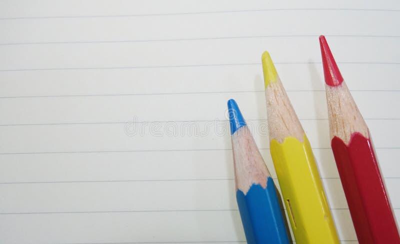 Blau-, Gelber und Roterhölzerner farbiger Bleistift stockbilder