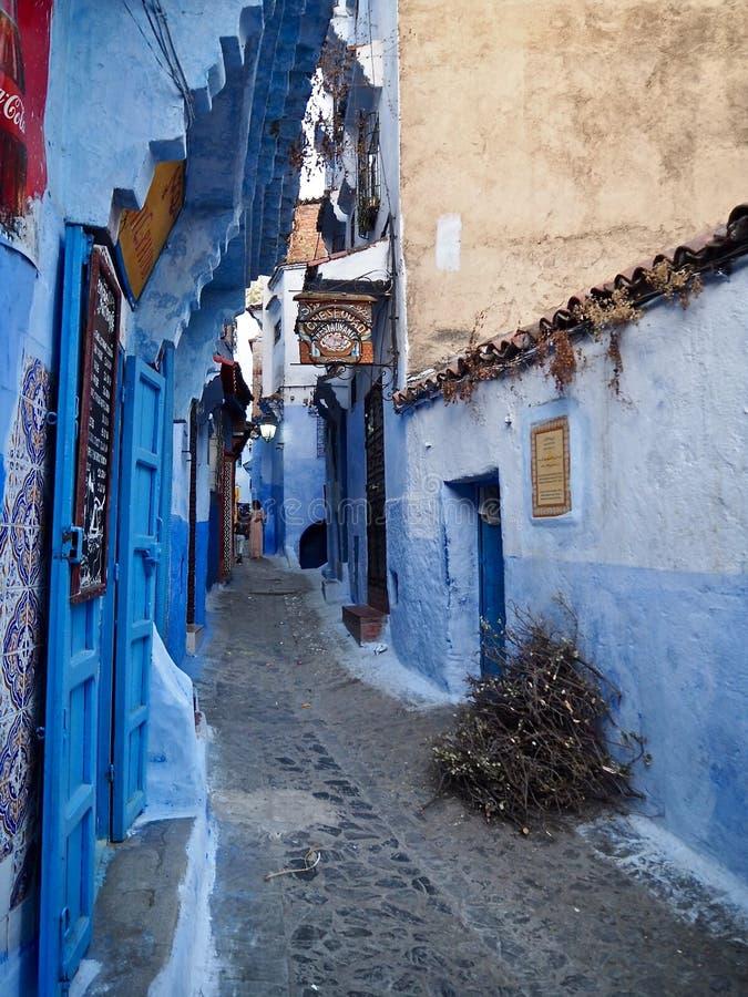 Blau gemalte Straßen in Chefchaouen lizenzfreies stockfoto
