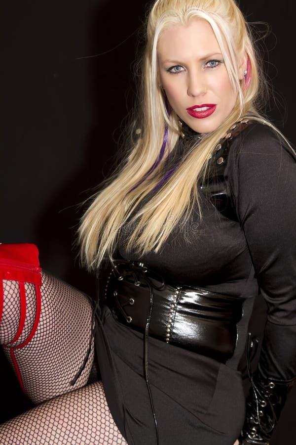 Blau gemusterte junge blonde Frau stockbild