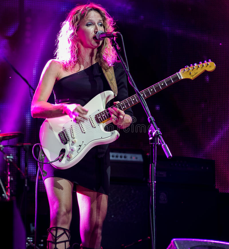 Blau Gitarrist und Sänger Ana Popovic-Ausführung Live an Arsenal Fest, am 23. Juni 2017 stockbild